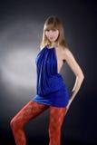 tła czarny błękit sukni oszałamiająco kobieta Zdjęcia Royalty Free