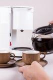 Ta den kaffekrukan och serven Fotografering för Bildbyråer
