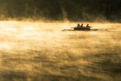 Ta en flotte i sjön i morgonen fotografering för bildbyråer