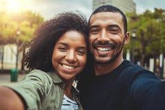 Ta en pov-selfie med den smarta telefonen royaltyfria foton