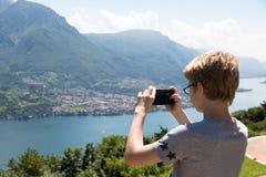 Ta en smartphonebild Arkivfoton