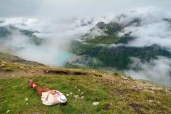 Ta en sommar ta sig en tupplur i bergen Arkivfoto