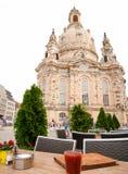 Ta ett avbrott nära den Frauenkirche kyrkan, Dresden, Tyskland royaltyfri foto