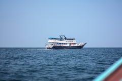 Ta ett fartyg och turnera i den Lipe ön, det Andaman havet, Thailand arkivbilder