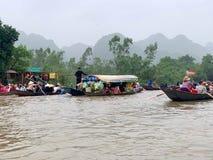 Ta ett fartyg på yenströmmen Huong pagodfestival Min Duc, Hanoi, Vietnam mars 2, 2019 royaltyfria bilder