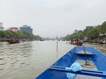 Ta ett fartyg p? yenstr?mmen Huong pagodfestival Min Duc, Hanoi, Vietnam mars 2, 2019 royaltyfri foto