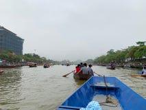 Ta ett fartyg p? yenstr?mmen Huong pagodfestival Min Duc, Hanoi, Vietnam mars 2, 2019 royaltyfri bild