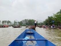 Ta ett fartyg p? yenstr?mmen Huong pagodfestival Min Duc, Hanoi, Vietnam mars 2, 2019 royaltyfria bilder