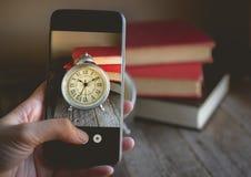 Ta ett foto av fingret som trycker på på mobiltelefonen för fotografiRo Royaltyfri Fotografi