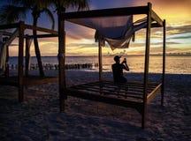 Ta ett foto av solnedgången - Isla Mujeres Playa Norte Arkivfoton