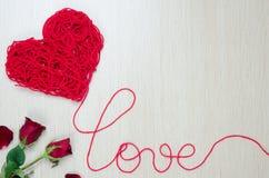 Ta ett rött garn in i hjärtaform royaltyfri fotografi