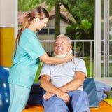 Ta för sjuksköterska av ruffen från pensionär Arkivfoton