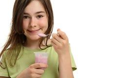 äta flickayoghurt Arkivbild