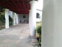 Ta foto från sidan av den vita polen på en universitetsområde i Yogyakarta fotografering för bildbyråer