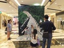 Ta foto i shoppinggallerian, en familj Arkivfoton