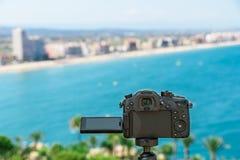 Ta foto med den yrkesmässiga Digitala kameran av det stadshorisont och havet royaltyfri fotografi