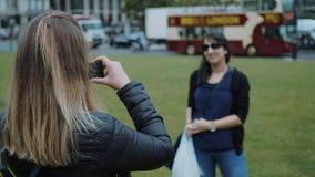 Ta foto och posera under en stad turnera ändå London stock video