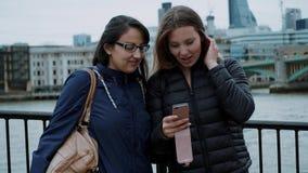 Ta foto på bankerna av flodThemsen i London lager videofilmer
