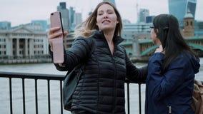 Ta foto på bankerna av flodThemsen i London arkivfilmer