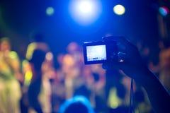 Ta foto på en konsert Fotografering för Bildbyråer