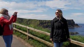 Ta foto på jättevägbankkusten i nordligt - Irland arkivfilmer