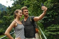 Ta foto Par av turist- görande Selfie på semester Resor Royaltyfri Foto