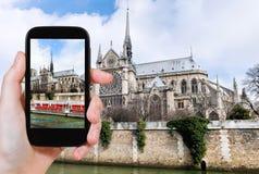 Ta fotoet av Notre Dame Paris och turist- fartyg Arkivbild