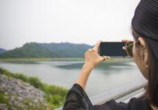 Ta fotoet med den smarta telefonkameran för mobil Arkivbild