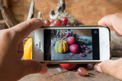 Ta fotografiet vid smartphonen Arkivbild