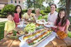 Äta för familj för föräldermorförälderbarn Royaltyfri Foto