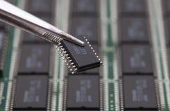 Ta IC på PCB royaltyfri foto