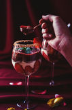 Äta jordgubbar, förspiller tiden choklad och mascarponen Royaltyfri Foto