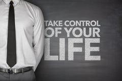 Ta kontroll over ditt liv på svart tavla Arkivfoton