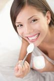äta kvinnayoghurt Arkivfoto