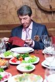 äta mannen förbereder sig till Arkivbild