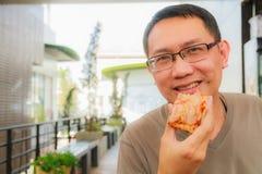 äta manpizza Fotografering för Bildbyråer