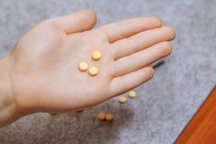 Ta medicinpreventivpillerar i hand, smärtstillande medel, fest Royaltyfri Foto