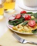?ta middag tabell Hemlagad omelett för spenattacorädisa på den vita tabellen, mexicansk kokkonst arkivfoton