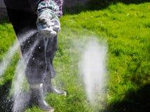 Ta omsorg av gräsmattan fotografering för bildbyråer