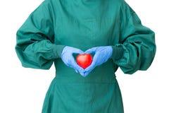 Ta omsorgbegreppet, kirurgdoktor i grön kappahandling till protec Arkivbild