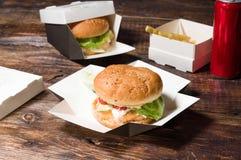 ?ta p? en matst?lle Mellanmål en hamburgare med sodavatten Hamburgare med meat och gr?nsaker royaltyfria bilder