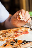 äta pizza Royaltyfri Foto