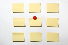 Żółta poczta ja notatka i magnes zapina na whiteboard Zdjęcie Royalty Free