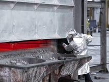Ta prov aluminium som smälts, innan att gjuta arkivbilder