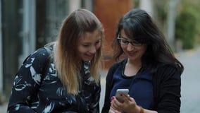 Ta selfies i London - två flickor på stadssight arkivfilmer