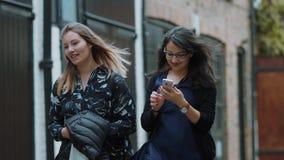 Ta selfies i London - två flickor på stadssight stock video