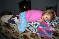 Ta sig en tupplur på soffan Royaltyfri Bild