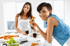 Äta snabbmat äta vänpizza Registreringsapparat och korpsvart Fritid Cel Arkivbild