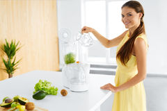 äta som är sunt Vegetarisk kvinna som förbereder grön Detoxfruktsaft Banta mat Fotografering för Bildbyråer