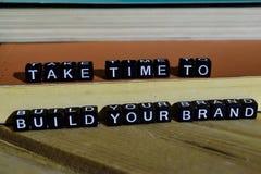 Ta tid att bygga ditt märke på träkvarter Motivation- och inspirationbegrepp royaltyfri bild